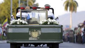 Bez projevů a slz veřejnosti: Rodina pohřbila Fidela Castra