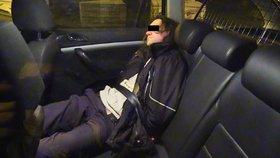 V protisměru, se třemi promile a s dívkou (13) v autě. Řidič ohrožoval lidi v Praze