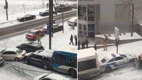 Klouzaly se autobusy, policisté i rolby: Kanadské silničáře zaskočil sníh