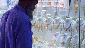Uklízeč Abdul zíral na klenoty a lidé se mu smáli. Teď mu dali šperky a peníze