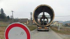 Průjezd na Blanensku blokuje nadměrný náklad: Dál smí až za měsíc! Kvůli papírování...