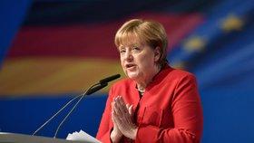 Zvířecí trus, zničené kanceláře: Politikům kolem Merkelové vyhrožují