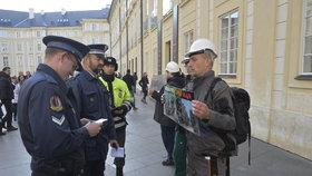 Hradní policie: Legitimuje kvůli strachu z trenek!