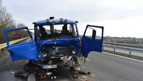 Vážná nehoda na dálnici z Prahy do Kladna: Do cisterny zezadu narazila avie