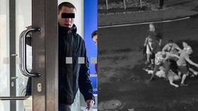 Video z městské kamery: Dupal muži na hlavu, i když už byl v bezvědomí! Policie obvinila mladíka (21)