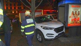 Kuriózní nehoda: Auto se na Václaváku zaklínilo mezi strom a telefonní budku
