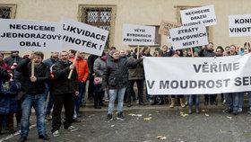 """""""Hrozí zánik vinoték!"""" protestovali v Praze demonstranti. Vadí jim přísná novela"""