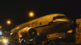 VIDEO: Noční Prahou projelo letadlo. Douglas DC-3 vyrazil do muzea Kbely