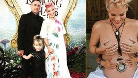 Zpěvačka Pink to má za pár: Ukázala se polonahá s malou dcerou