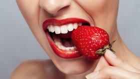 Tohle vám ničí zuby! Kterým potravinám a nápojům byste se měli raději vyhnout?