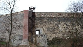 Cesta skrz novoměstské hradby je otevřená: Hrozil tu pád kamení