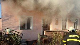 Rodinný dům na Opavsku v plamenech: Hasiči uvnitř našli bezvládné tělo!