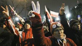 Poláci v Krakově zalehli cestu limuzíně s Kaczyńským. Policie je odvlekla