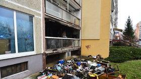 Děti zřejmě hodily petardu, ta zapálila balkon. Shořela i část bytu