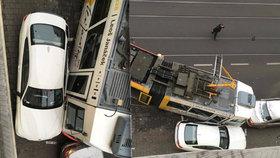 Nehoda č. 11: V Brně po srážce vykolejila tramvaj a sešrotovala luxusní auta za 6 milionů