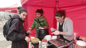 Dobrá vůle zaplní metropoli: Pražané o Vánocích podarují jídlem lidi bez domova