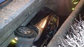 """Řidič """"zaparkoval"""" na bok přímo pod most, vyprošťovat auto musely dvě jednotky hasičů"""
