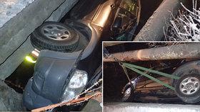 Řidič zaparkoval mazdu pod mostem, ven ji dostávaly dvě jednotky hasičů