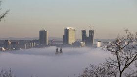 Přes rána čeká na Pražany mlha, že by se dala krájet: Přinese příští týden oteplení, nebo sníh?
