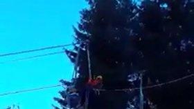 Místo na lyžích jeli dolů po laně: Lyžaři v Tatrách slaňovali ze zastavené lanovky