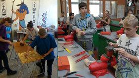 """Školy """"vyhnaly"""" děti od počítače k řemeslu. Komín staví i předškoláci"""