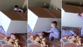 Dvouletý klučina zachránil svého brášku zpod spadlé skříně.
