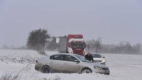 Uzavřené silnice a desítky nehod: Dopravu ve středních Čechách a Praze komplikuje sníh