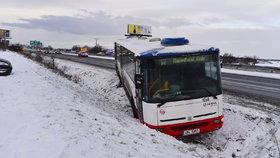Řidiči i chodci, pozor. Silnice a chodníky pokryje nebezpečná ledovka