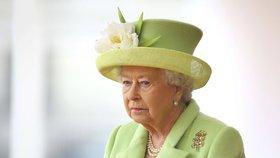 Královna Alžběta II. se stáhne z trůnu, spekulují Britové. Charles bude bez koruny