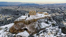 Sníh zasypal i athénskou Akropoli. S rozmary počasí se potýká celá Evropa