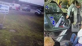 Řidič napasoval pick-up do autobusu plného lidí: Pasažér na poslední chvíli uskočil!