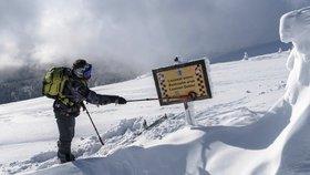 Turisté uvízli v lavinové oblasti Krkonoš. Došly jim síly a neměli vybavení