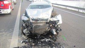 Kamionu na dálnici upadlo kolo a vlétlo do protisměru: Dvě nehody a jeden zraněný