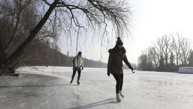 Na rybníku u Prahy se propadli dva bruslaři. Podchlazená žena musela do Motola