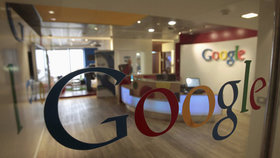 Světové firmy bojkotují Google: Přestávají u něj inzerovat kvůli teroru