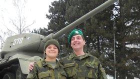 Výpravčí Mirek a studentka Linda: Drsné armádní cvičení záložáků! Mokří spali v mrazech