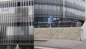 Další sklo spadlo z fasády technické knihovny v Dejvicích. Jako zázrakem se nikdo nezranil