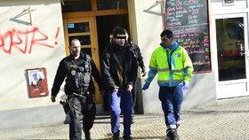 VIDEO: Muž v Holešovicích vyhrožoval sebevraždou. Policisté mu skok z okna rozmluvili