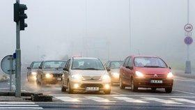 V Plzni zmlátili mladíci posádku jiného vozu: Manželský pár napadli na křižovatce