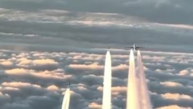 Obří boeing s 345 lidmi na palubě se nad Českem přestal hlásit: Stíhačky vybavené raketami ho eskortovaly do Londýna