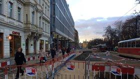 Na Karlově náměstí prasklo potrubí: Havárie zkomplikovala dopravu