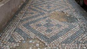 Chodníky v centru Prahy: Zase díra vedle díry...můžou za to památkáři!