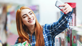 """Češi budou platit """"selfíčkem"""": Online platby mají nově potvrdit fotky z mobilu"""