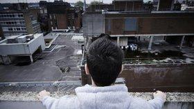 Malé dítě vylezlo v Hradci na střechu obchodního domu: Zadržela ho policie