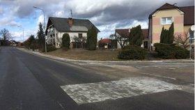 Zámková dlažba na asfaltce v Dačicích: Standardní postup, hájí se silničáři