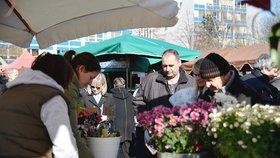 Stovky lidí na Kulaťáku a strkanice u stánků: Farmářské trhy odstartovaly sezónu