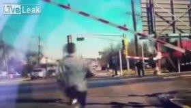 Muž riskuje život, aby zachránil nebohou stařenku! Tu málem přejel vlak