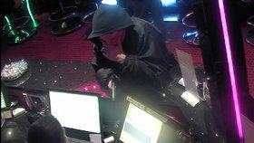 Muž (26) loupil s plastovou pistolí. Neměl jak platit dluhy, přiznal policii