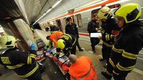 Skokan zastavil metro B: Muž se pod kola vrhl podruhé za týden, sebevraždu opět přežil