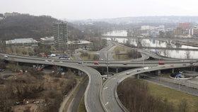 Dopravní komplikace v Praze 7: Přesunuli zastávku, opraví zeď a kanalizaci
